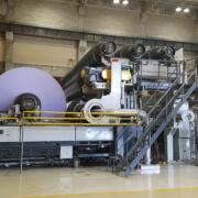 Die fertige Papierrolle hat ein Gewicht von 80 Tonnen